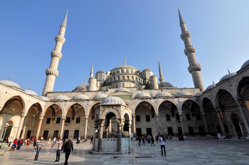 blue-mosque-courtyard-istanbul-turkey