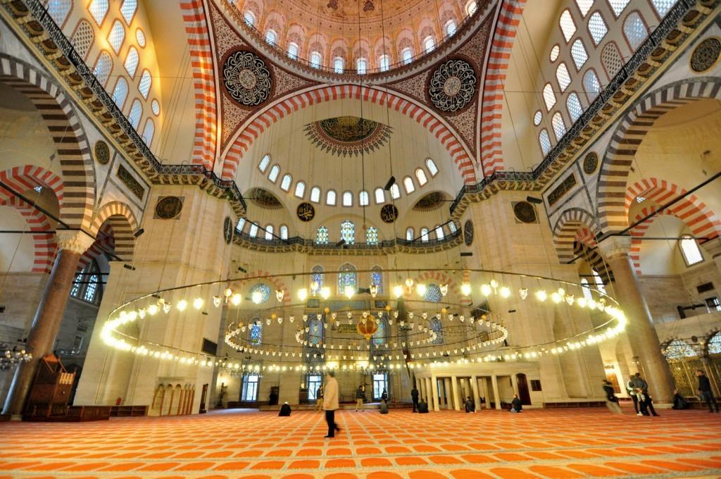 Great interior design of Suleymaniye Mosque.